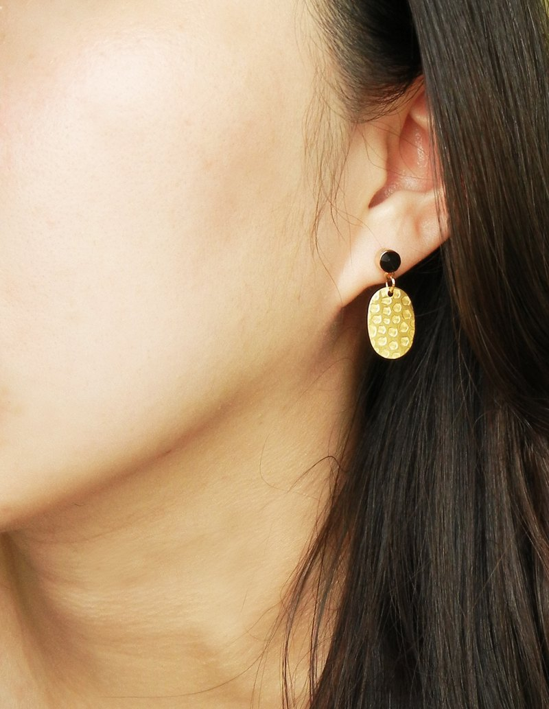 *Coupoubird*Retro black diamond etched earrings