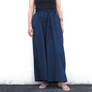 Navy / wide pants to adjust by squeezing with a string