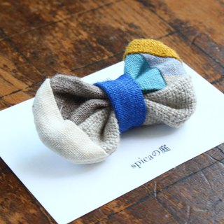 Brooch of a patchwork ribbon/blue linen