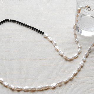 Long necklace with plump pearl and onyx