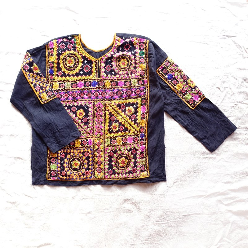 BajuTua / Vintage / Banjara full version of handmade small round mirror embroidery top