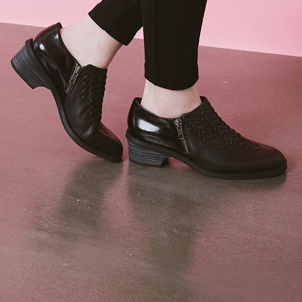 Braided three-dimensional textured leather with thick retro heels mirror black