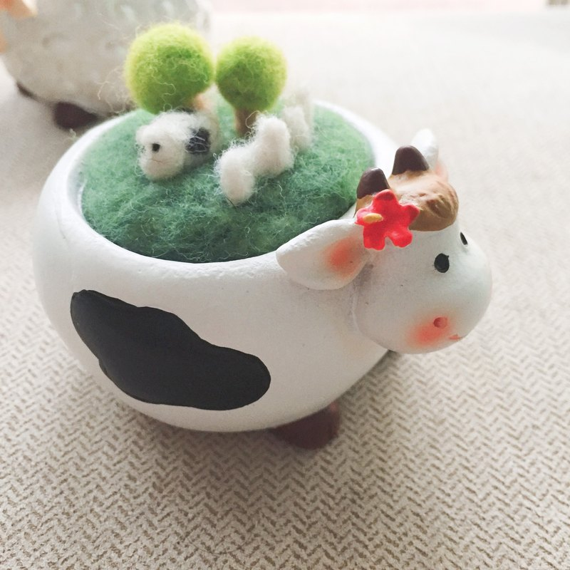 Basin World _ wool felt micro landscape decoration. Dairy cow