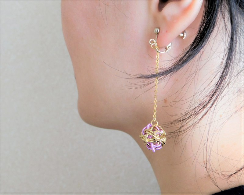 Water drawing ball earrings color gold x lavender