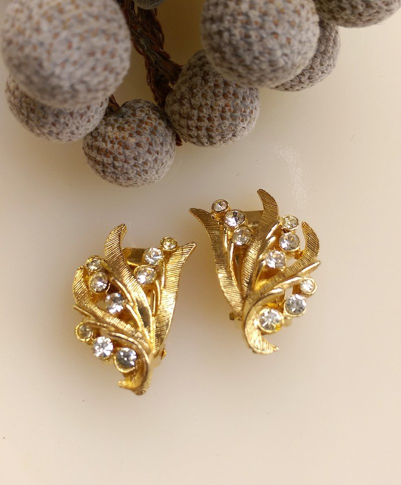 [Western antique jewelry / old pieces] beautiful symmetrical streamlined leaf clip earrings