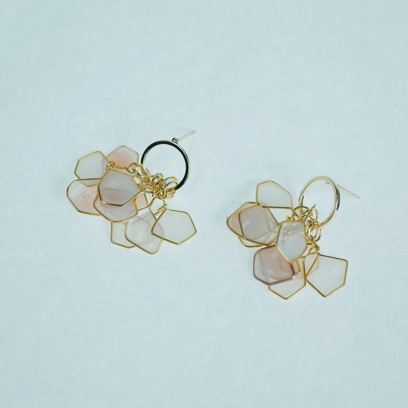 Amber powder petals round box earrings