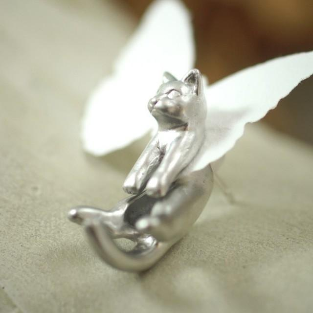Cat earrings Gris of Gris and Rateyu (Matt Silver) one ear