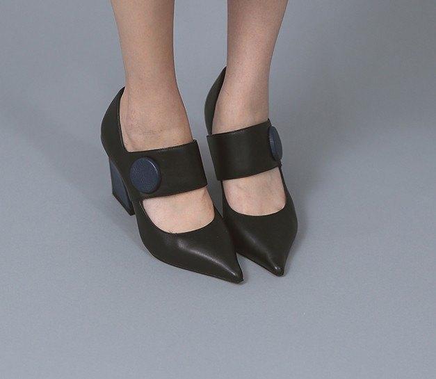 Modern and modern round buckle decorative leather pointed shoes black and blue