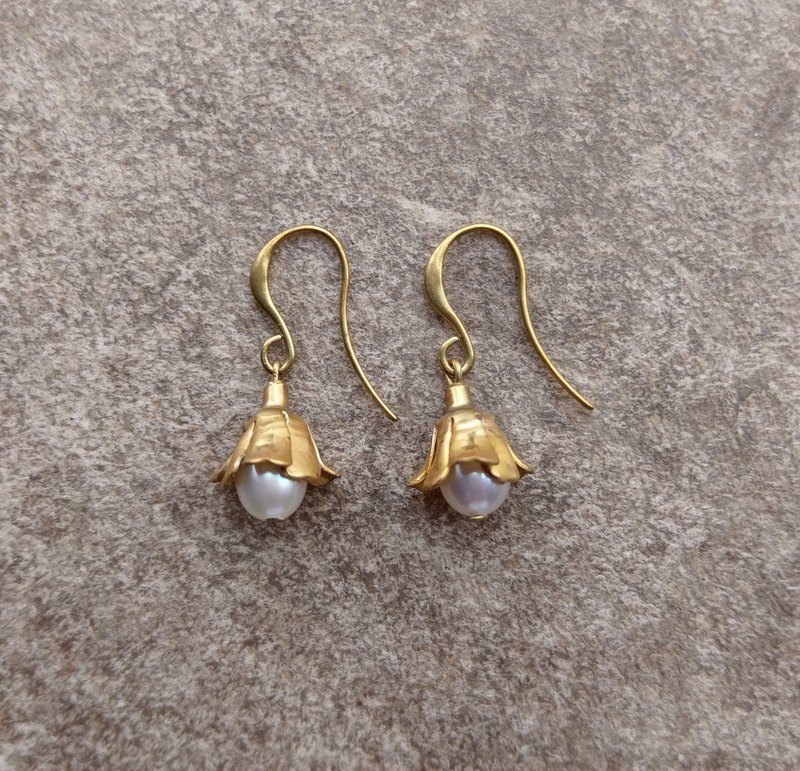 Flower Cap Pearl Earrings