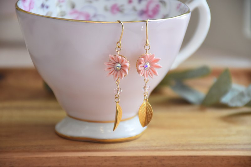 Cute Pink Leaf Custom Silk Flower Earrings / つまみ ピアス