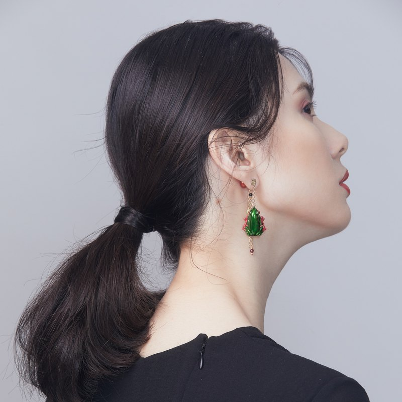 Green frog single earrings