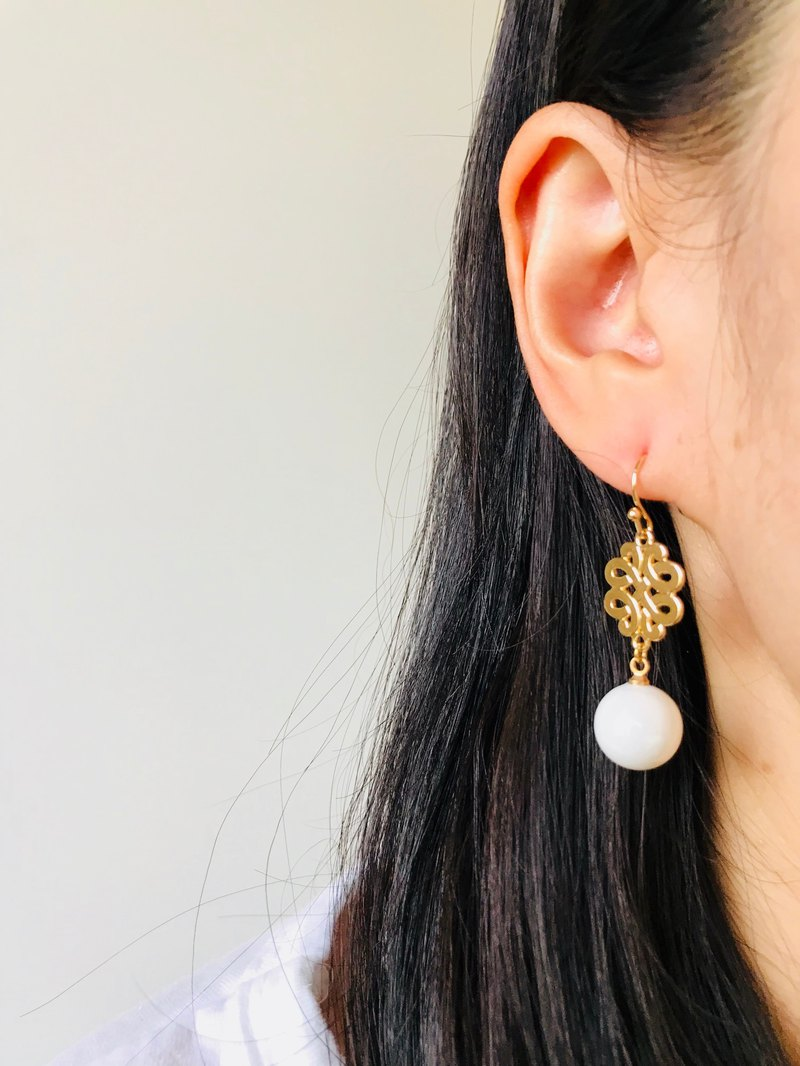 Hollow Metal Plate with Pearl White Ball Ball Earrings