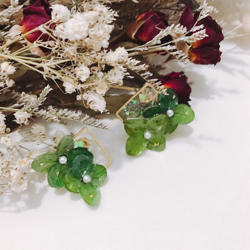 Flower posture _ on-ear earrings retro green ear