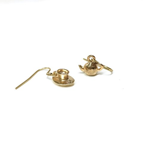 [If] [Belle] Mulberry teapot / cup dishware shape earrings. Beauty and the Beast series. Gold plated brass earrings. Minimalist style. Earrings / ear hook / ear clip