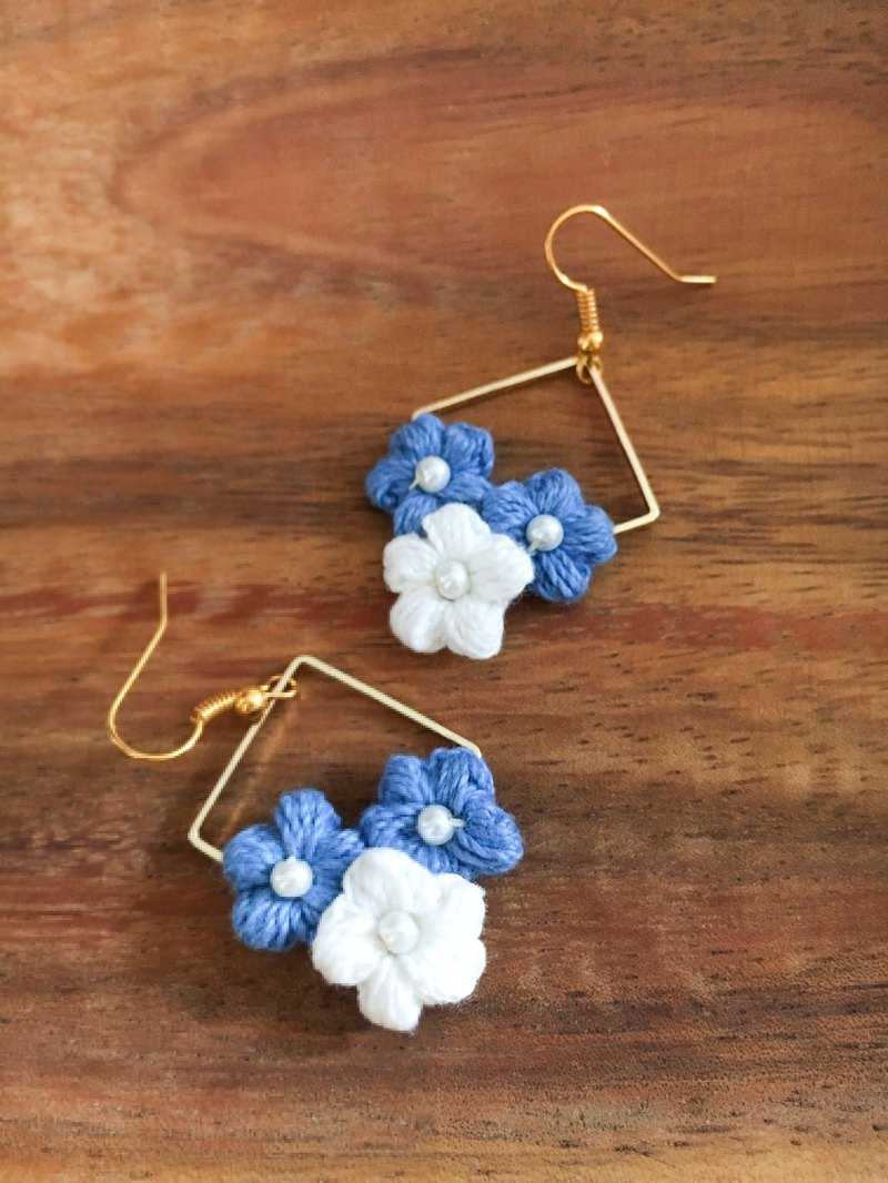 Metal geometric blue and white woven flower ear hook