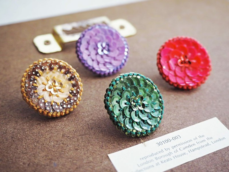 [Embroidery] Retro button pin brooch