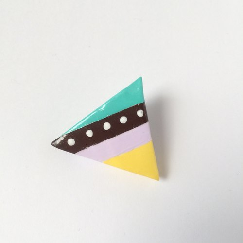 Triangle brooch triangle brooch / made of clay