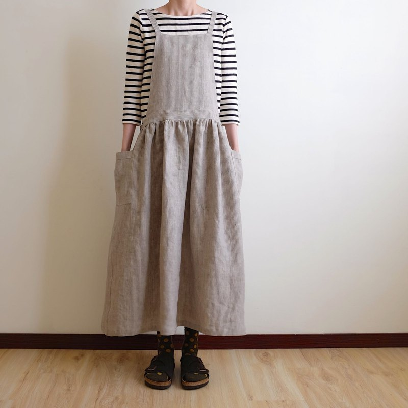 Everyday hand-made clothes live in the heart of a little girl, gray gray pinstripe, tie work apron, linen