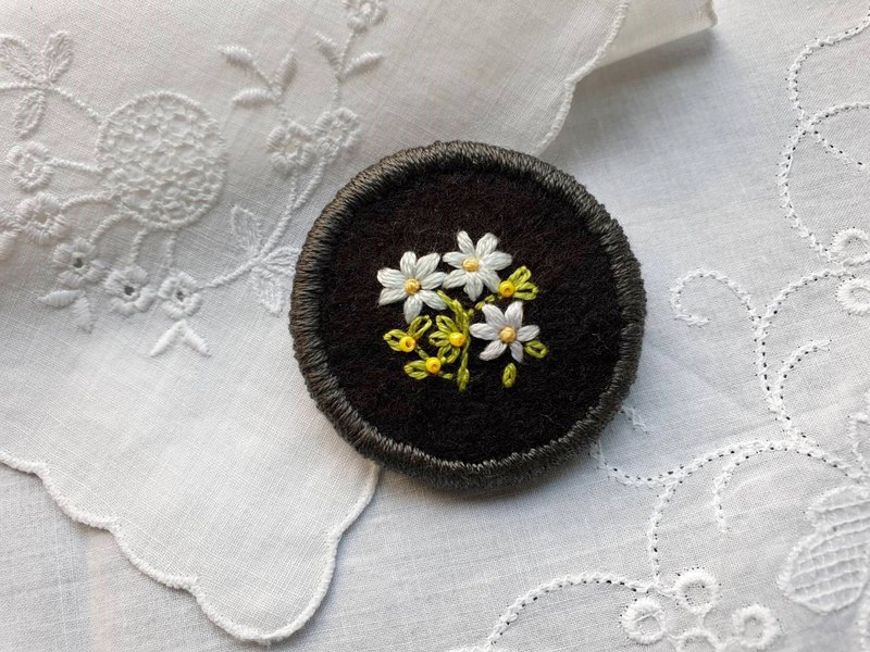 Embroidery Brooch (Myosotis sylvatica)