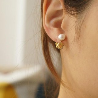 Pearl and cat earrings / matte gold ear