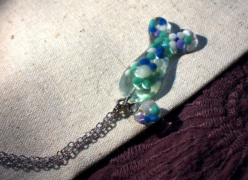 Fish swim _ transparent resin _ necklace _ cute route _ fish swimming in the chest _ blue and white point 3