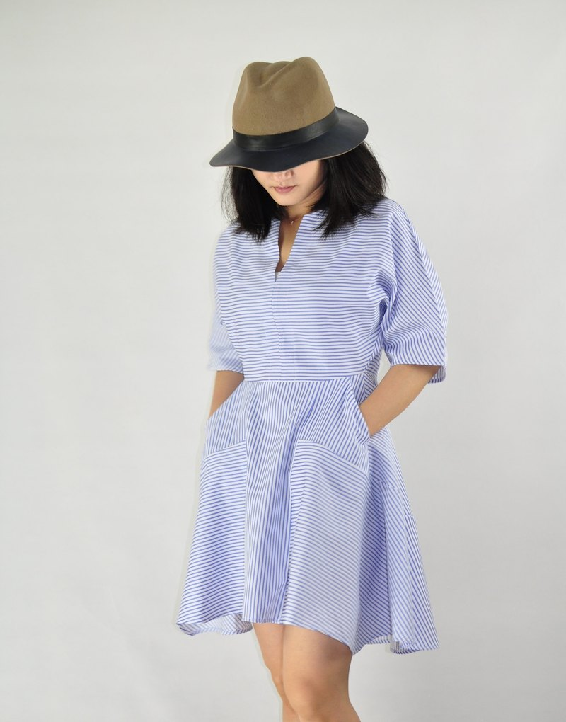 Flat 135 X Taiwan designer Paris style dress blue and white lines V-neck short-sleeved dress simple three-dimensional cut with a pocket a variety of occasions wear a limited period of 20% off
