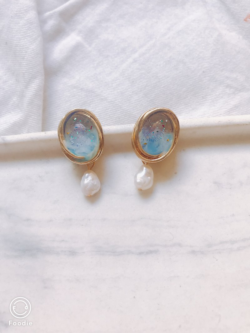 Spray and fireworks pale sea pearl ear earrings