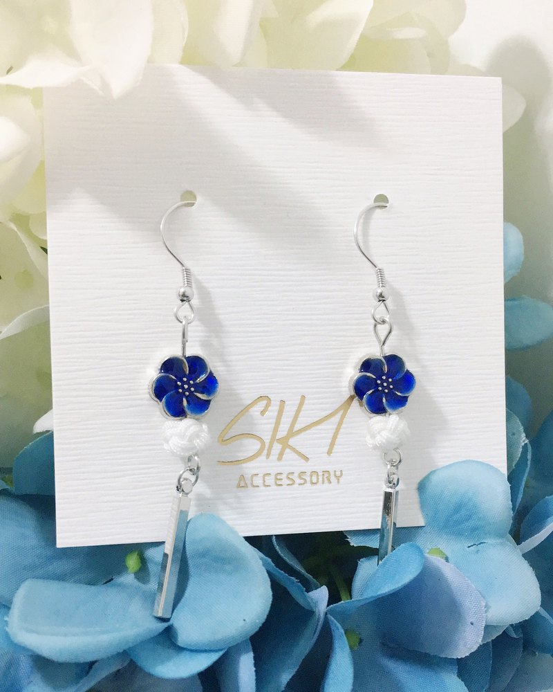 [can be turned ear clip] small flower cloisonne blue beads with Chinese knot knot short silver earrings