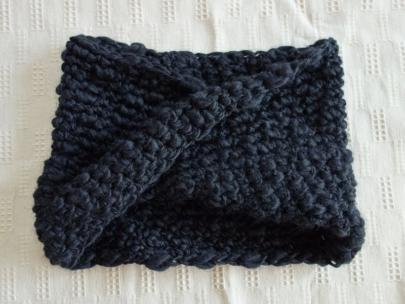 Mobius snood, slab yarn, black
