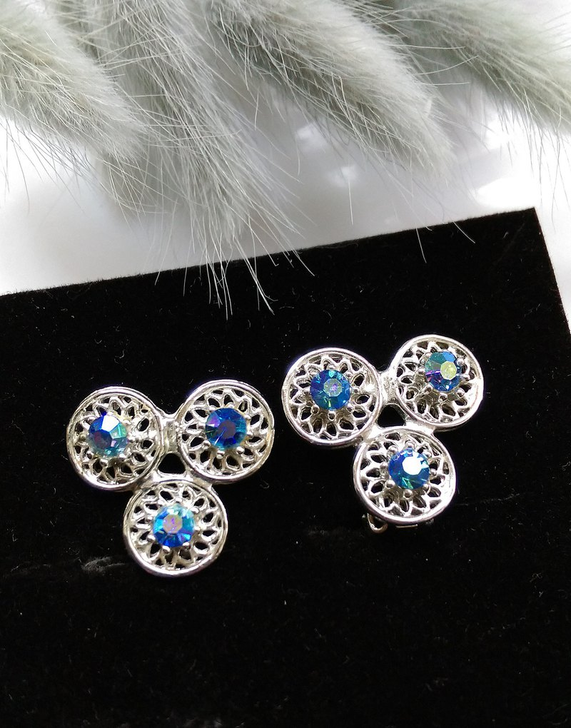 [Western antique jewelry / old age] 1970's cute ice blue Rhine clip earrings