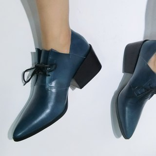 Origami straps with thick ankle boots | | second half sideways staggered white glazed blue | | #8139
