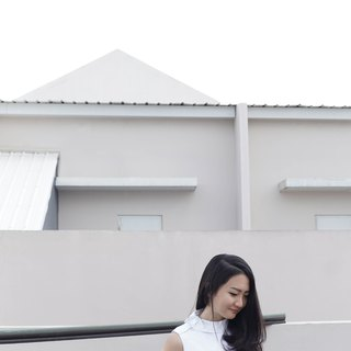 Side Collar White Sleeveless Top