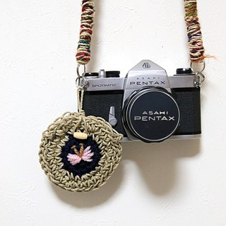 Reversible embroidery lens cap holder (for 67 mm or less)