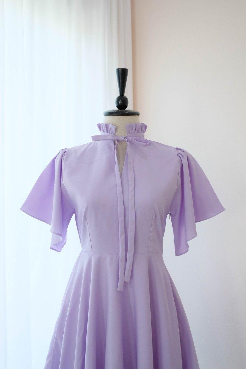 復古淺紫色的連衣裙。伴娘禮服旅行