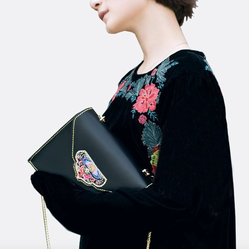 She called Black + Chinese wind embroidery / embroidery minimalist retro black small square hand shoulder oblique Messenger bag original leather first layer of leather handbags | ancient leather good original design creativity