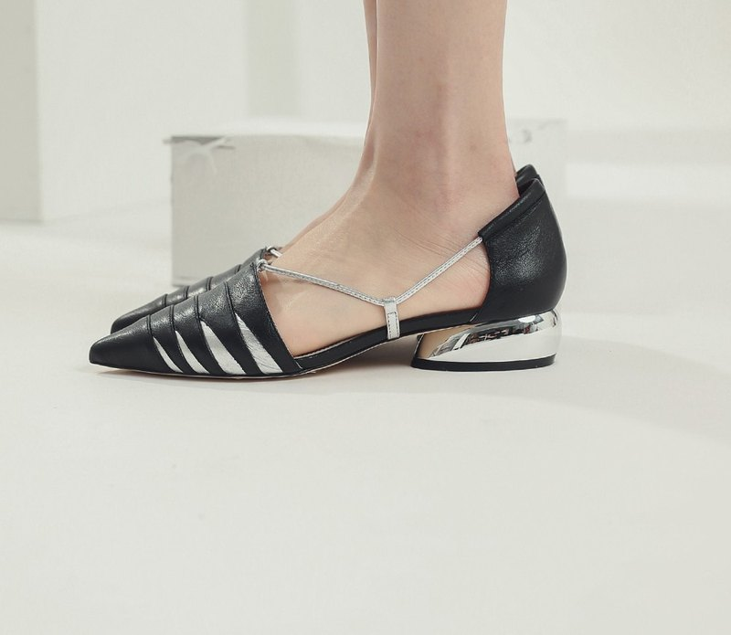 [Show products clear] fine angle rope cut oval and leather pointed shoes black silver