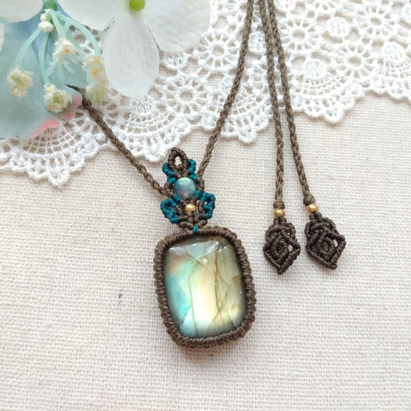 BUHO hand made. The bud of light. Color Light Labradorite X South American Brazilian Wax Necklace