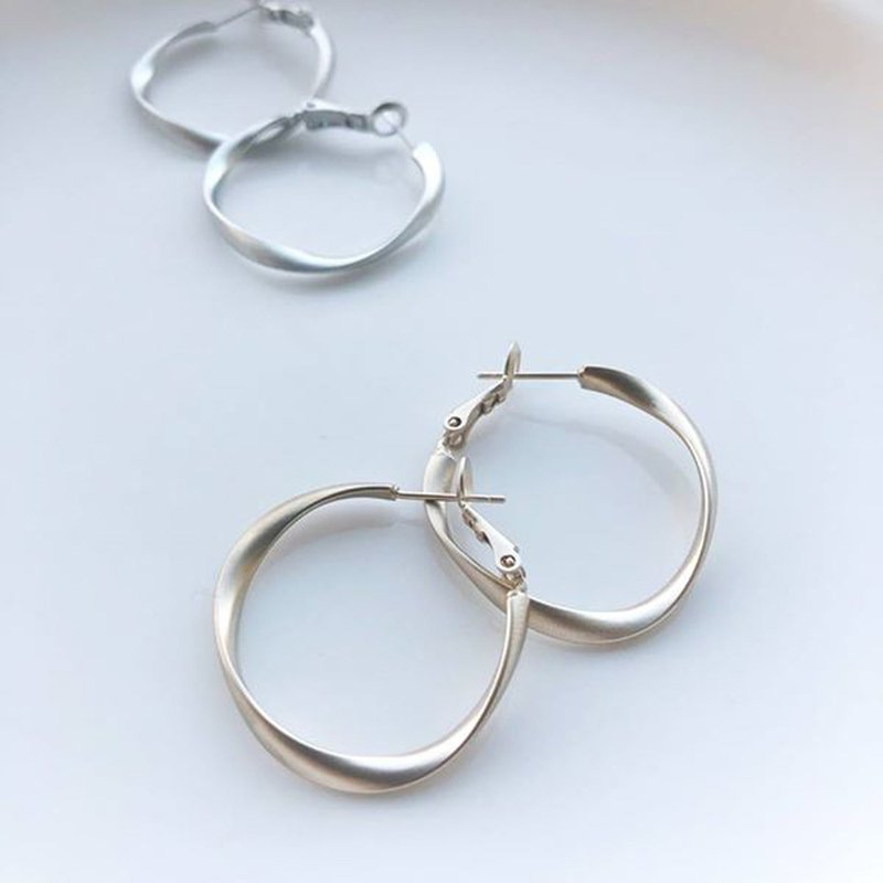 Matte twisting middle ring - fog gold earrings earrings (pair) = can change ear clip =
