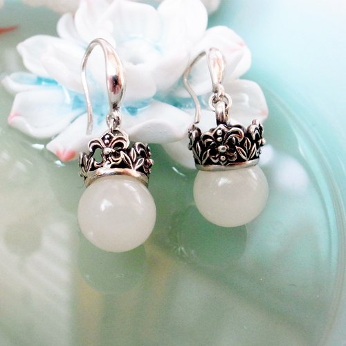 Carved crown ball earrings - white chalcedony paragraph 925 pure silver