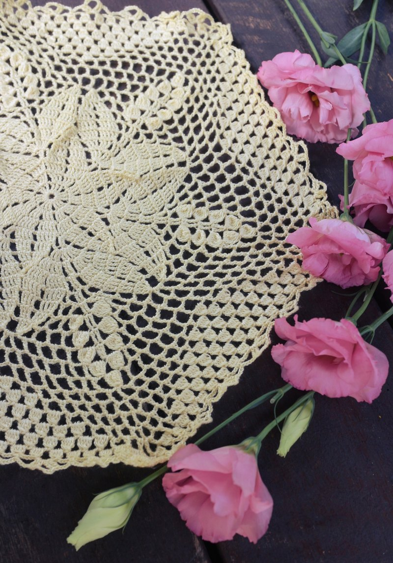 Hand-made - a bright yellow bell orchid Duolei Si lace pad.