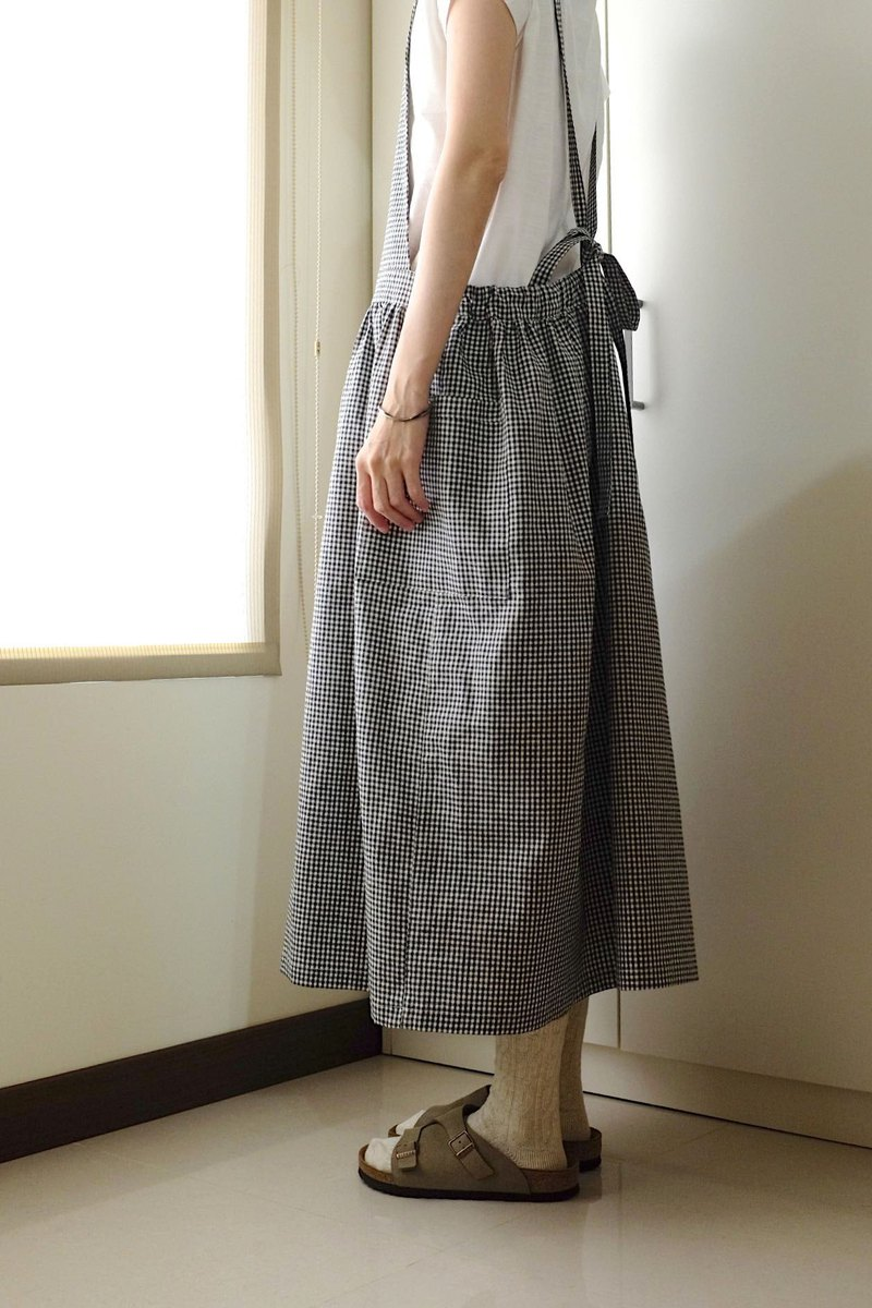 Everyday clothes for the girl lived in a small black and white small Plaid straps apron cotton
