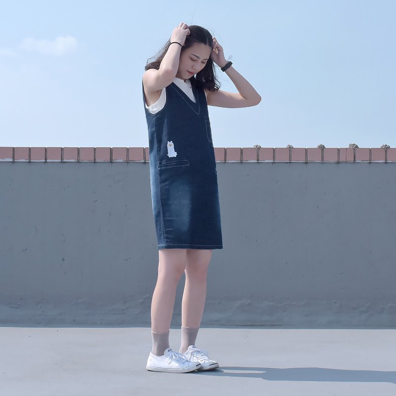 Short-legged grass mud sheep with Wenqing - denim embroidery V-strap dress