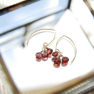 3 drops of Marx Hooke pierced earring of a small garnet  14kgf