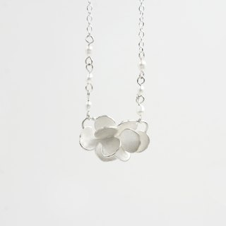 I-Shan13 | Camellia petal necklace (pearl chain)