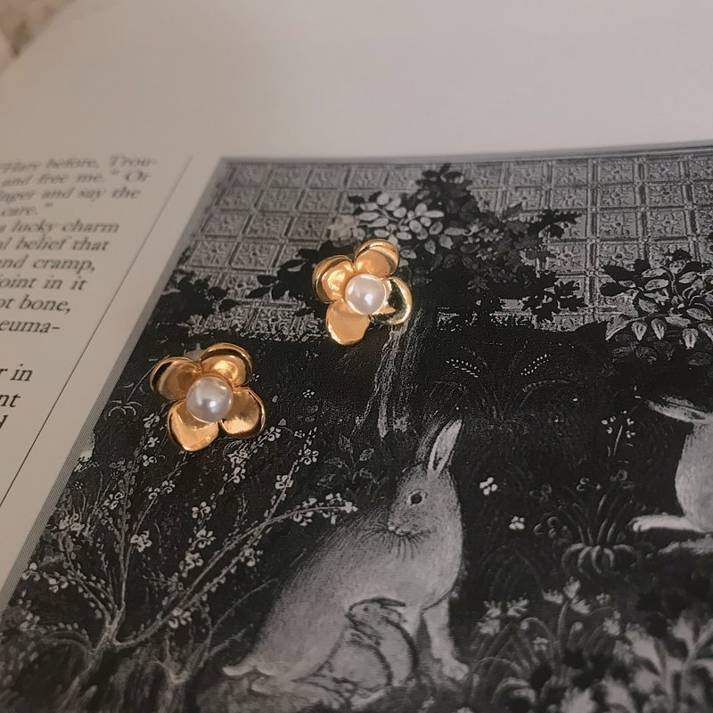 Vintage on-ear style - sprinkled with lucky flowers