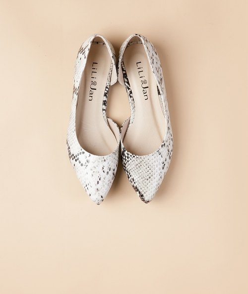 [Modern fashion] side hollow pointed flat shoes _ black and white serpentine (only 22.5 and 25)
