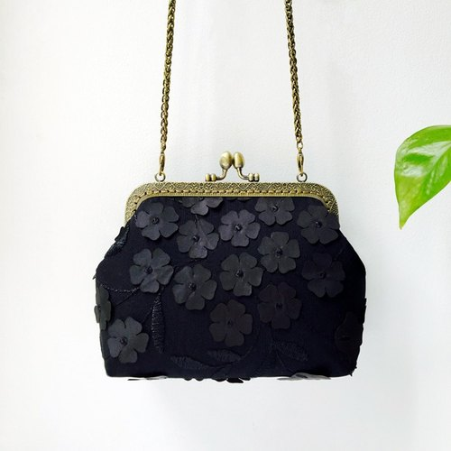 Lace art mouth gold bag cheongsam bag Messenger bag embroidery iphone phone bag mobile phone bag oblique bag bag bag birthday gift (black)