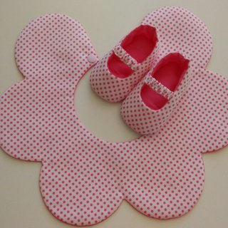 Pink flowers gift little births bibs + baby shoes