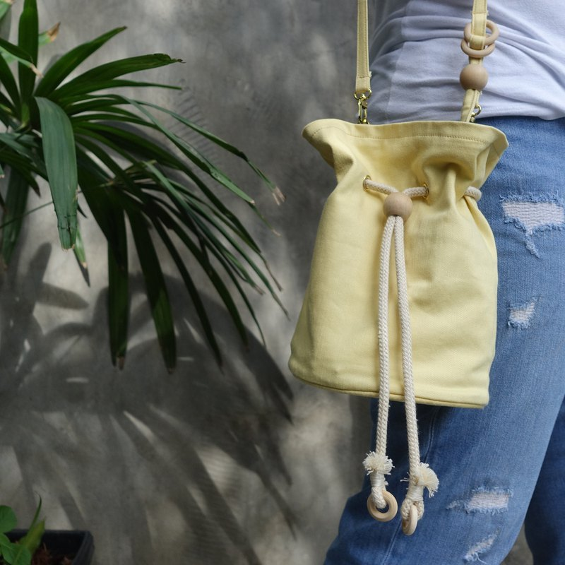 Poppy bucket bag in yellow-navy