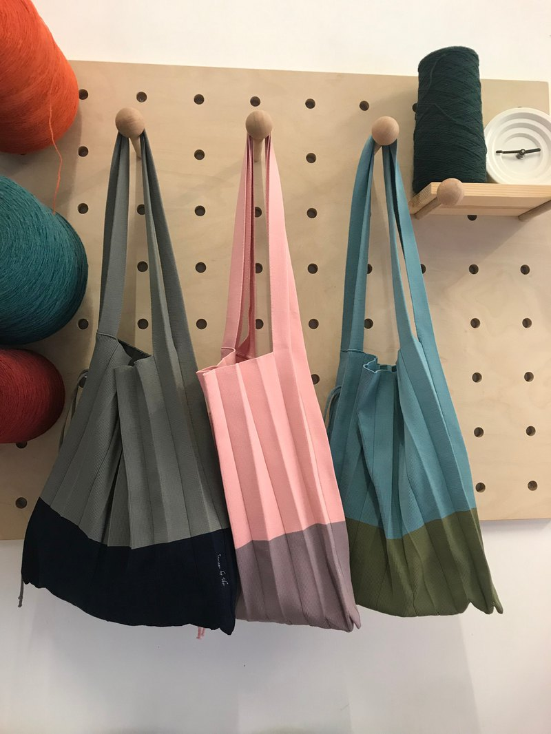 Knitted pleated tote bag